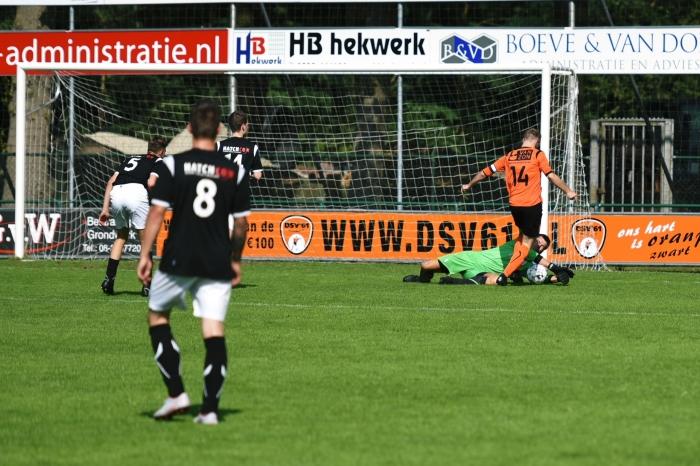 Rood-Wit doelman onderschept de bal T van Bloemendaal © BDU media