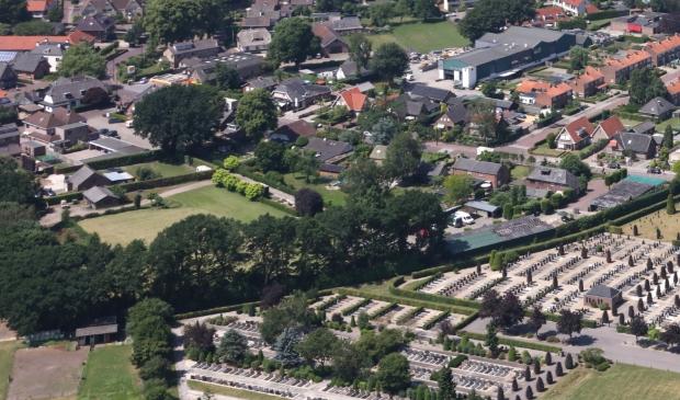<p>Luchtfoto uit juni 2019 van het terrein waar de woningen worden gebouwd. Inmiddels is de bedrijfsbebouwing gesloopt.</p>