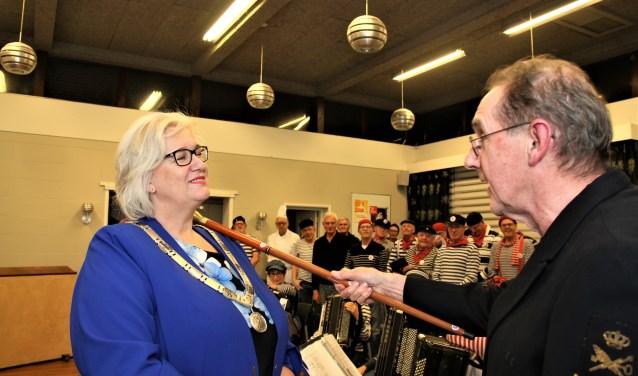 Burgemeester Schuurmans wordt geïnstalleerd.