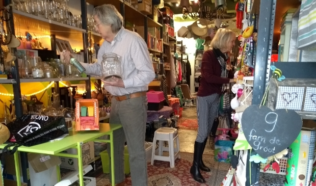 <p>Peter en Marijke in de Geefwinkel aan de Burgstraat in Gorinchem.</p>