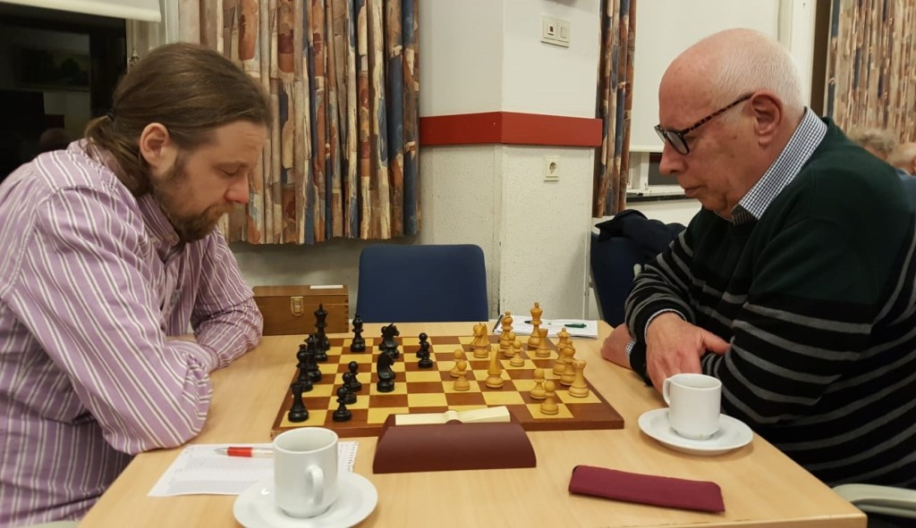 John Riksen (rechts) redde het niet tegen de kampioen.