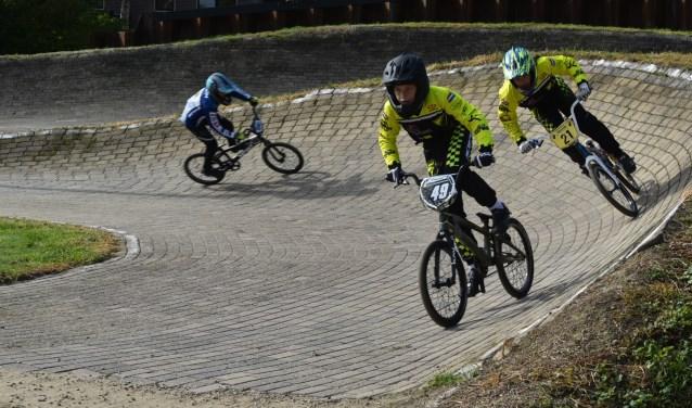 NCC Nijkerk laat iedereen zelf eens ervaren wat het is om over een BMX-baan vanaf de startheuvel over bulten en door bochten te fietsen.