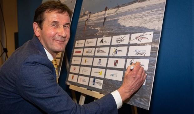 Rob van Muilekom ondertekent het akkoord namens de Provicie Utrecht