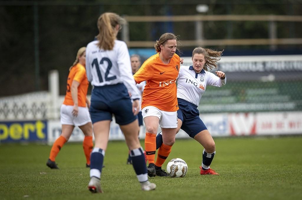 Haarlem - De Ex Leeuwinnen voetballen de nieuwjaarswedstrijd tegen de Koninkijke HFC Dames. Roosmarijn Hanemaayer (15) van de Koninklijke HFC Dames 1 in actie. Michel van Bergen © BDU media