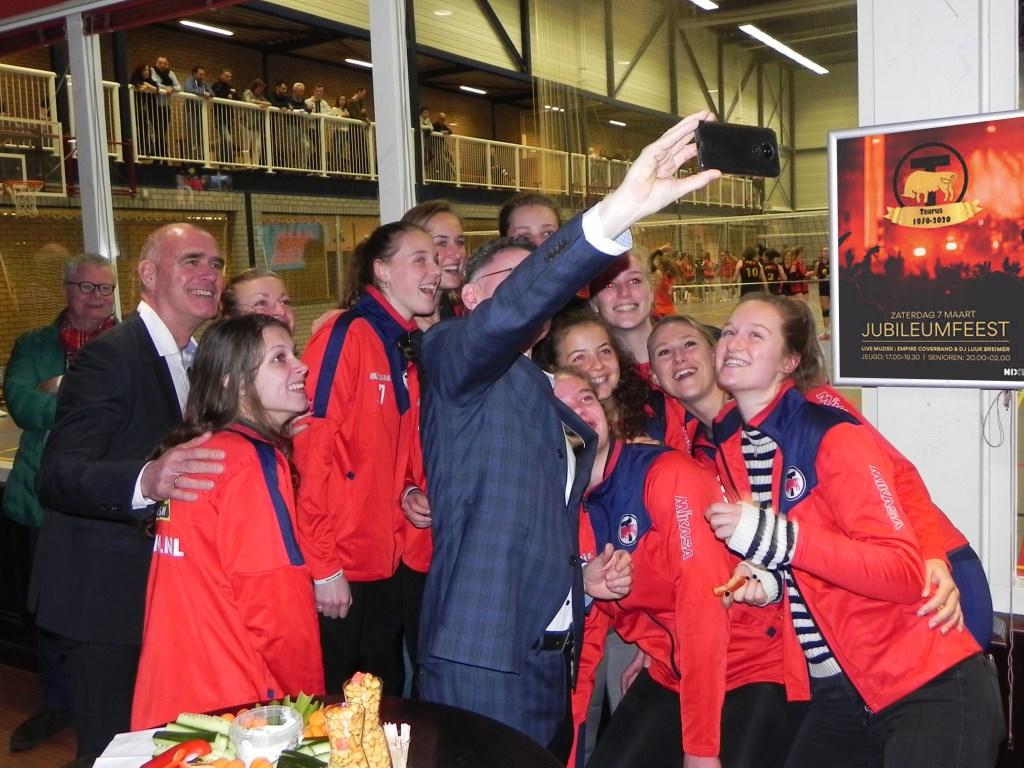 Burgemeester Gilbert Isabella wil een selfie maken met het gehele dames-1 team. Richard Thoolen © BDU media