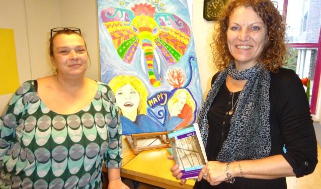 Sylvia (links) en Vicky, die haar boek in haar handen heeft.