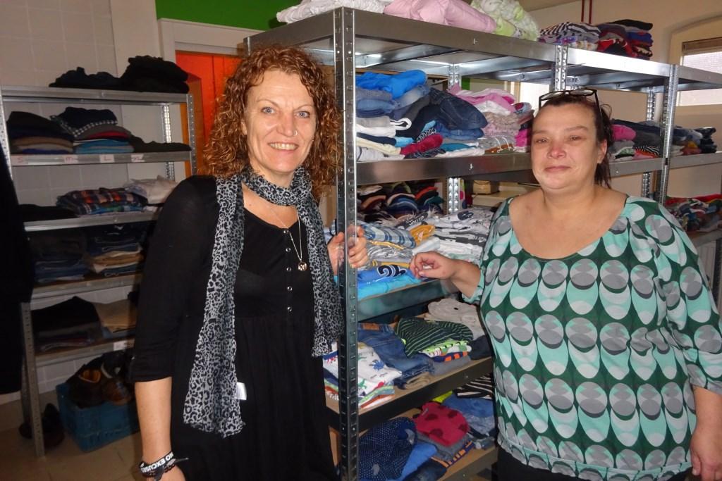 VIcky en Sylvia bij de kledingrekken. Eline Lohman © BDU media