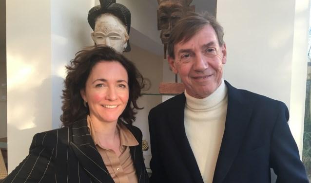 De nieuwe en de vertrekkende directeur: Lillian Bóza en Stefan van Raay.