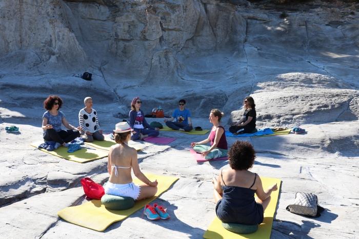meditatie sessie van Sunny mind travel op Sardinie aan zee.