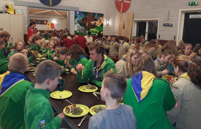 gezamenlijke boerenkoolmaaltijd bij scouting Kontiki Marieke Posthouwer © BDU media