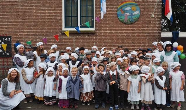 De leerlingen en onderwijskrachten in historische kleding bij het 95-jarige jubileum.