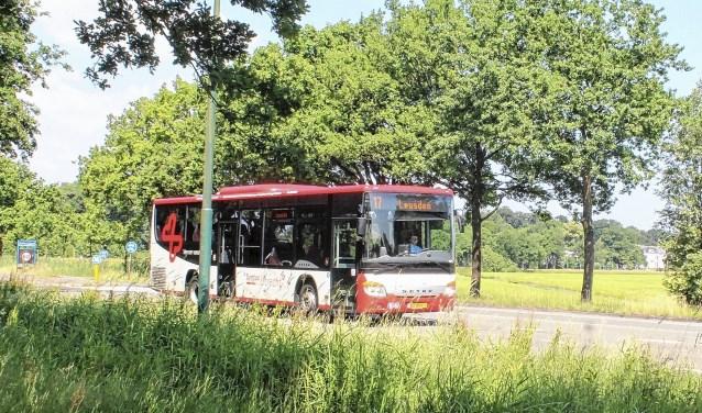 Een bus van Syntus in het buitengebied.