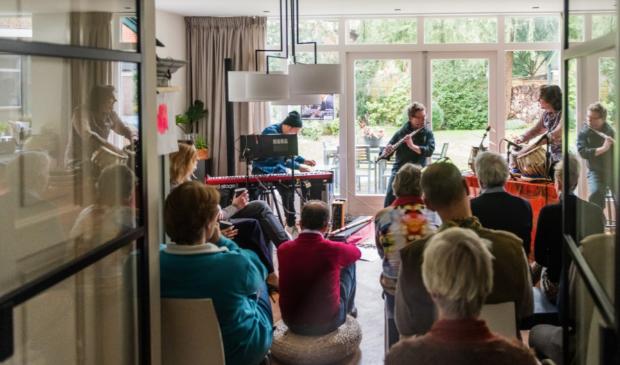 <p>Hoewel volgens premier Mark Rutte moeilijk te handhaven, zijn volle huiskamers de komende drie weken niet langer toegestaan.&nbsp;</p>