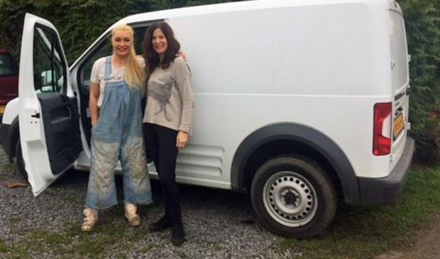 Maria (links) en Annette (rechts) bij de bus.