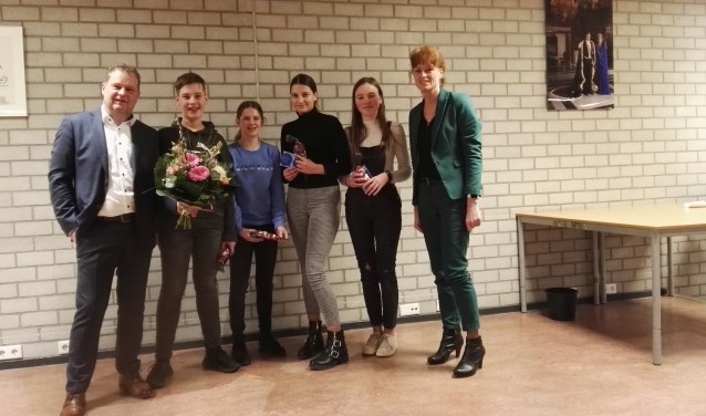 De winnende groep, vlnr wethouder Nederveen, Maurice, Fenne, Noa, Tessa en directeur Wouters.