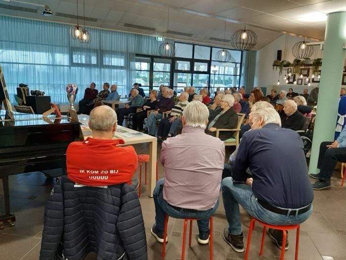 O.a. Jan Stekelenburg, Rini Block en Dirk van den Ham kijken samen met bewoners de film FC fUsie over het ontstaan van FC Utrecht