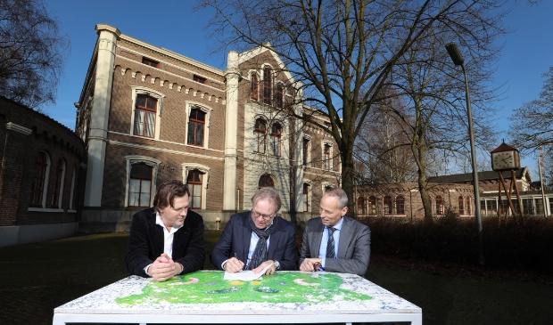 <p>Het overdrachtsmoment tussen het Rijksvastgoedbedrijf en Schipper Bosch in januari 2020.</p>