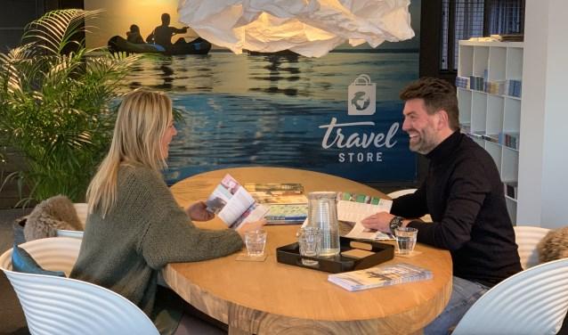 Frank Visch en een collega van Travel Store bekijken de vakantietrends van 2020.