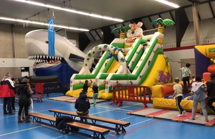 De sporthal van ontmoetingscentrum De Meent staat tijdens de Speelstuif vol met leuke attracties