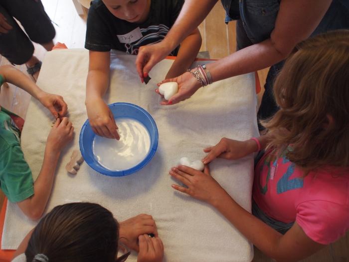 Kinderen beeldhouwen met speksteen