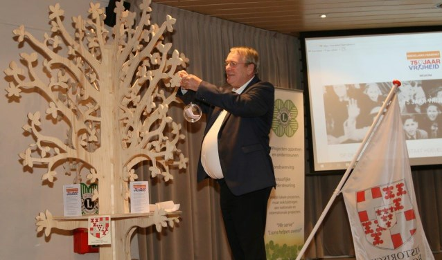 Bedenker Guus Meijer hing de eerste bol in de verhalenboom.