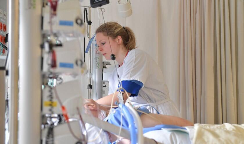 De patiënt op de IC is vaak langdurig niet of verminderd bij bewustzijn en aangesloten op apparatuur die lichaamsfuncties overneemt.