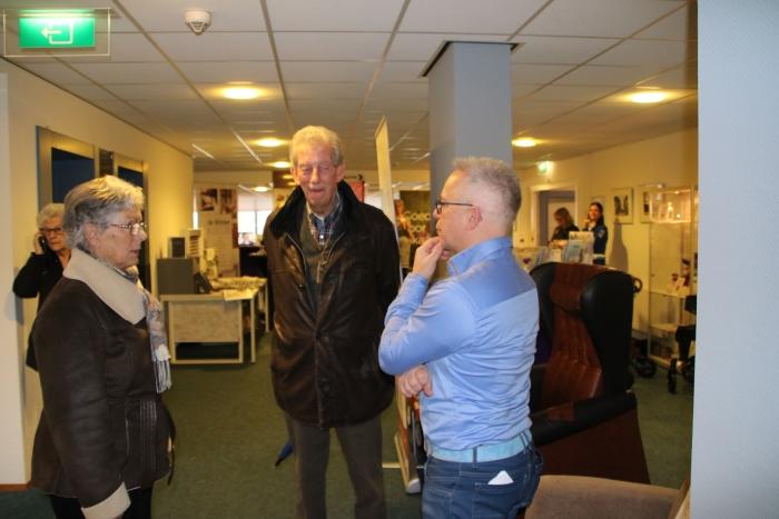 Bezoekers van de beurs Thuis in Sliedrecht laten zich informeren over de zorghulpmiddelen die één van de standhouders te bieden heeft
