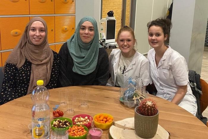 Oud-leerlingen die als docent en leerling verpleegkunde hun verhaal vertellen Inez van Gessel © BDU media