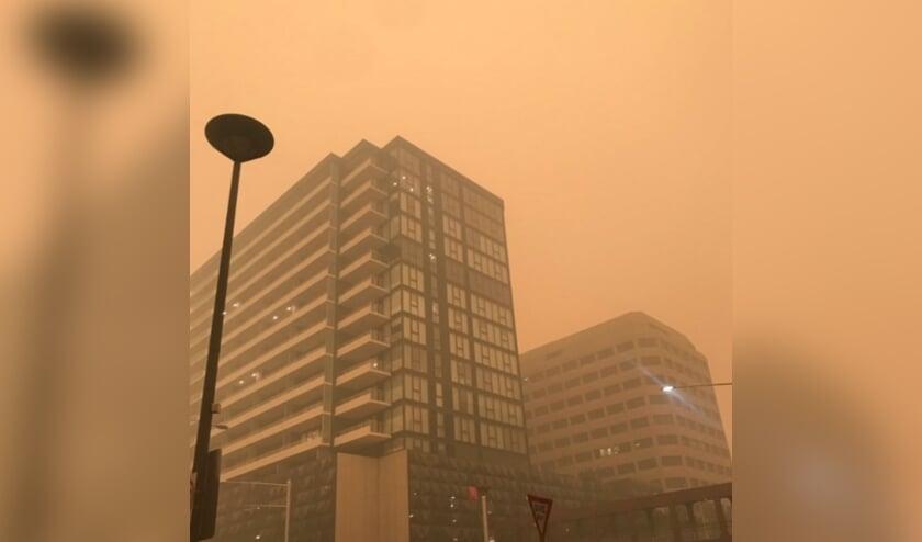 De rode gloed van bosbranden in de Australische plaats Canberra.