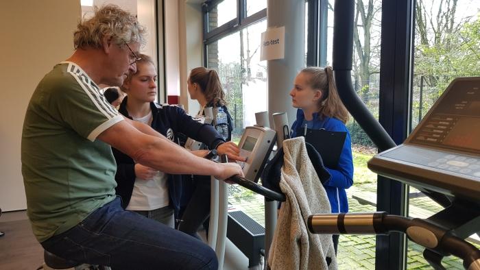 De heer Hendriks uit Ede was één van de deelnemers aan Ede Vitaal, een sport- en beweegprogramma voor iedereen vanaf 55 jaar. Meer dan 200 ouderen gaven zich op voor de fittest die de start vormt van het programma.