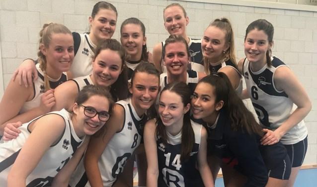Pamela (midden) en Mariska (nr. 6) met hun nieuwe teamgenoten van Dames 3.