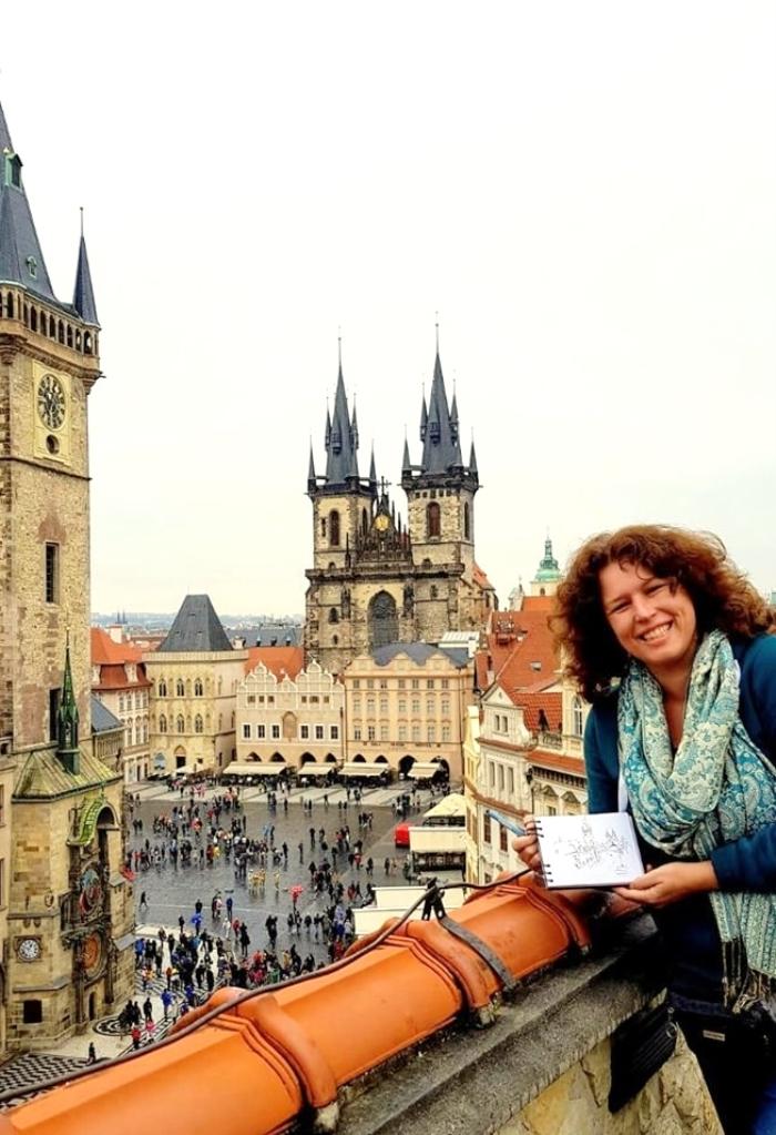 Schilderend vanaf een dakterras in Praag Petra Tool © BDU Media