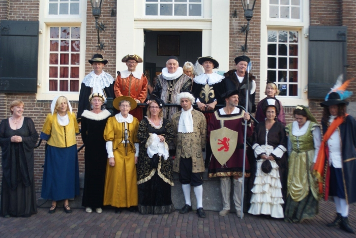 College van Molenwaard en vrijwilligers Oude Hollandse Waterlinie in historische kleding voor het stadhuis van Nieuwpoort