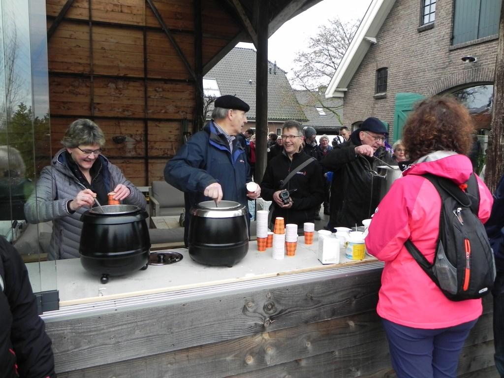 In Driebergen werd de groep onthaald met soep en glühwein.  Richard Thoolen © BDU media