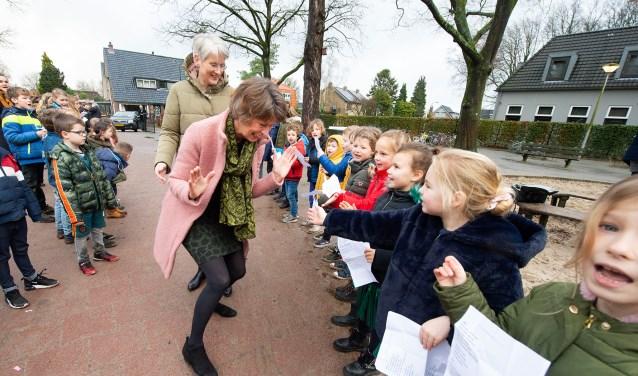 De kinderen van de Insingerschool namen op verschillende manieren afscheid van juf Iemkje Doesburg.