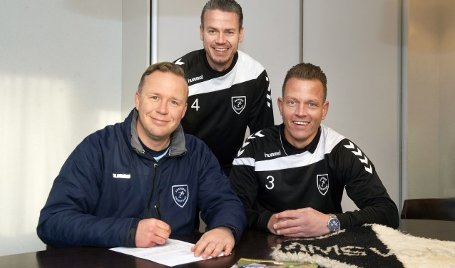 Hoofdtrainer Rik Klement (links) heeft zijn contract met nog een jaar verlengd. Danny de Graaf (rechts) en Jeffrey van de Wijngaard (midden) gaan het bestuur in.