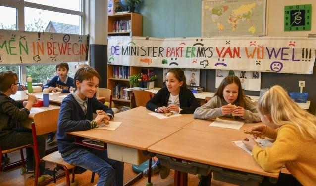Pepijn (links aan tafel), Helena en Annika van De Werveling maken zich meester van de (zelfgebakken) pannenkoeken.