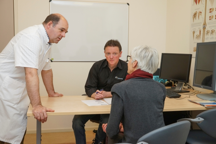 Orthopeed Pieter de Jong (St Jansdal – staand) en schouderfysiotherapeut Gert van Dasler (Fysio Corlaer) houden daar om de twee weken op dinsdagochtend gezamenlijk spreekuur in Gezondheidscentrum Corlaer in Nijkerk