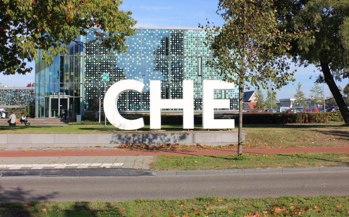 De kenmerkende levensgrote CHE-letters, met op de achtergrond een deel van het schoolgebouw