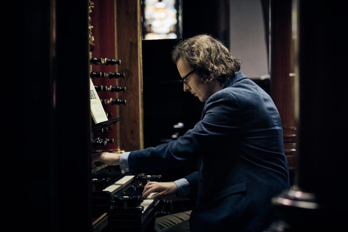 Gerben Budding, thans stadsorganist van Gouda, achter het Moreau-orgel van de Goudse Sint Jan