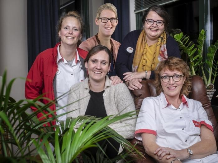 Vijf verpleegkundigen van Opella vertrekken naar ziekenhuis Malawi. Van links naar rechts: Lisanne Diepeveen, Mariska Rasenberg, Jacoba Boonzaaijer, Arja Cluistra, Thea van Manen