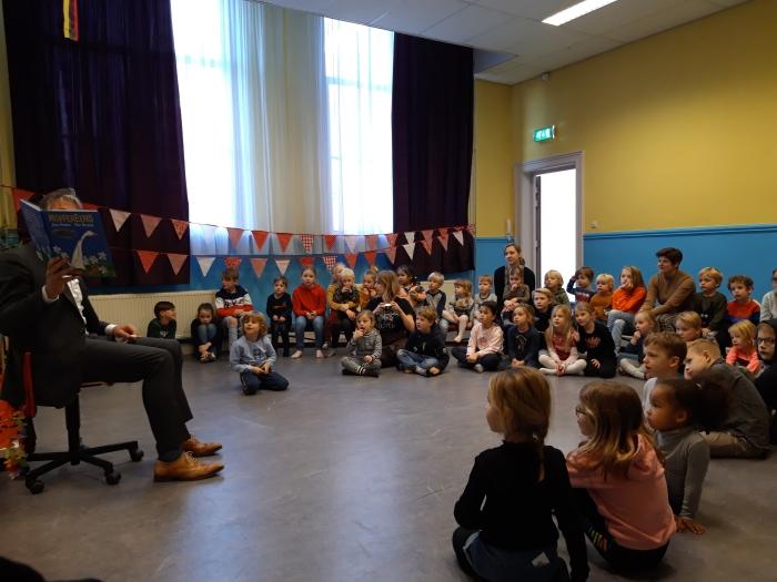 Alle kinderen van Kindcentrum Alexandra luisteren aandachtig naar het verhaal van Moppereend. Kindcentrum Alexandra © BDU Media