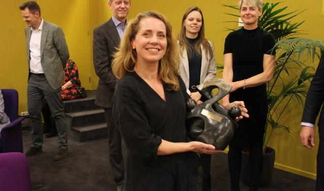 Jessica Dijkman toont trots haar (wissel)prijs voor het beste Samenspeltalent 2019