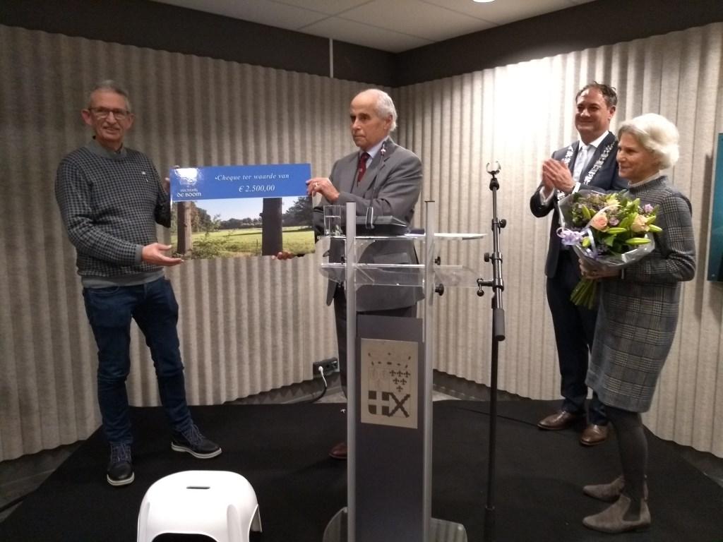 Pieter Bokkers (links) krijgt uit handen van Hans Jansens van Gellicum de cheque van 2.500 euro.