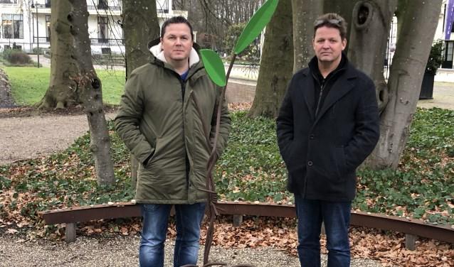 Voorzitter Michel Kooij (rechts) en bestuurslid Erik van de Poll bij het monument Sarah