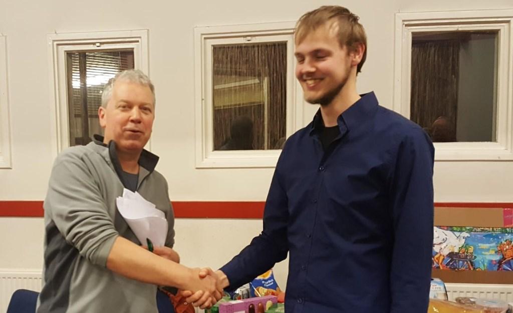 Bennekommer Jan Pijkeren wordt gefeliciteerd door bestuurslid Martin Markering. BSV Bennekom © BDU Media