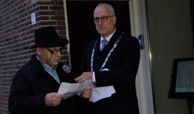 Louk de Liever, Nijkerkse overlevende van de Holocaust, las een Joods gebed voor de 48 Joodse slachtoffers uit Nijkerk voor.
