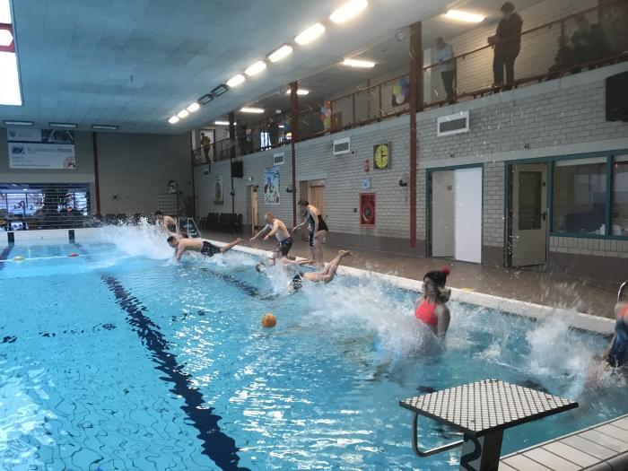 Een aantal leden sprong gezamenlijk het water in om het nieuwe jaar fris en sportief te beginnen.