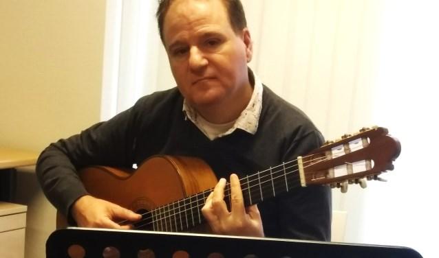 Marno Wieken spelend op z'n gitaar.