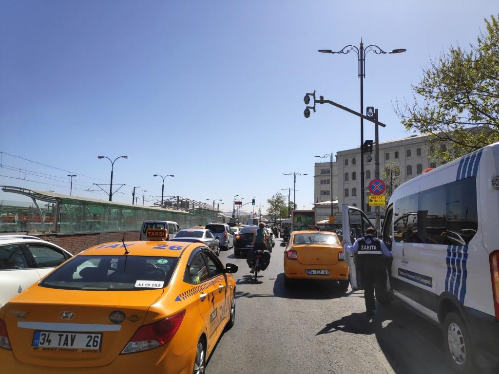 Slalommen tussen de auto's door in Istanbul Mari Bergsma © BDU media
